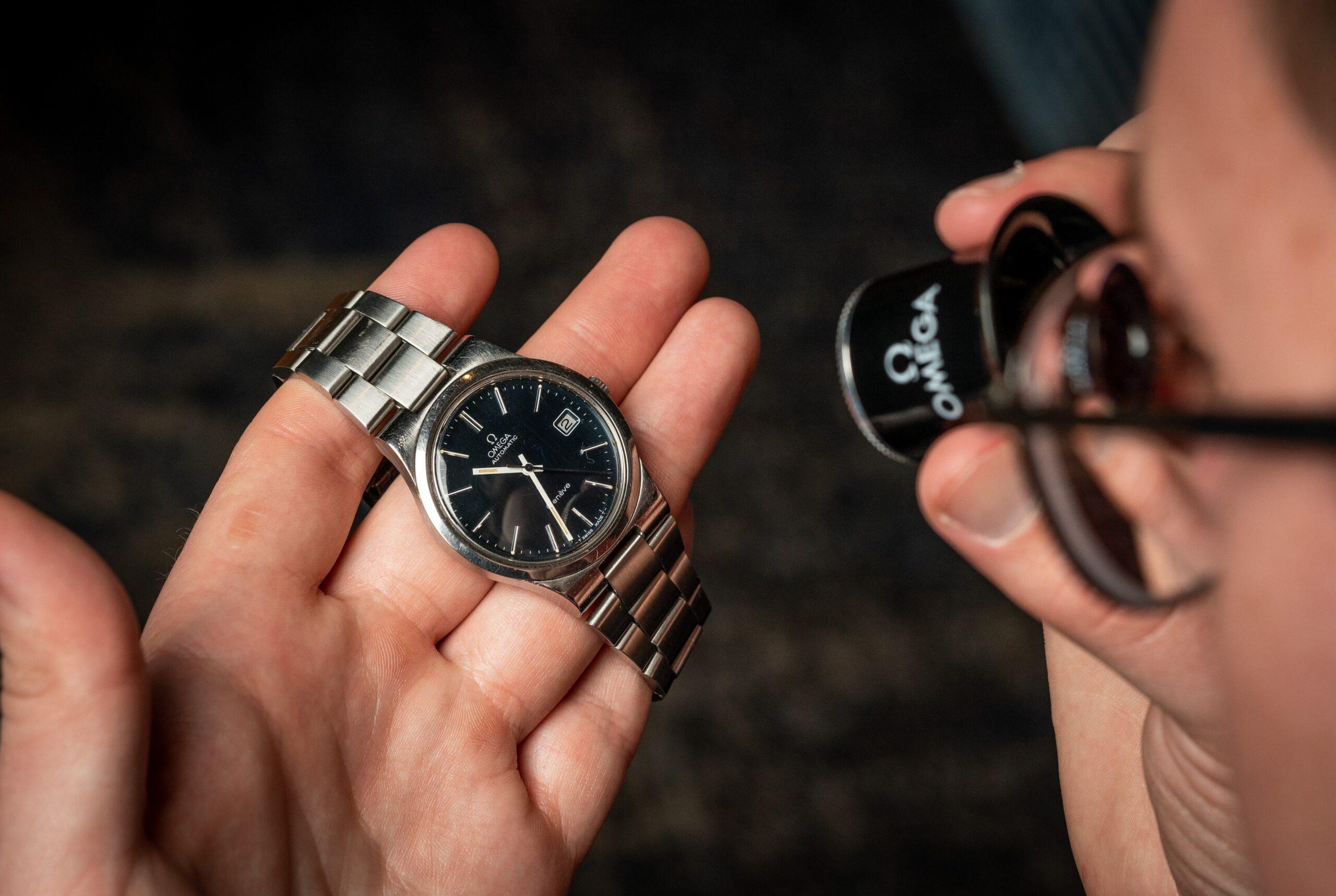 horlogemaker inspecteren horloge met loupe